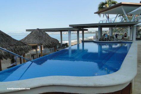 Infinity pool & bar